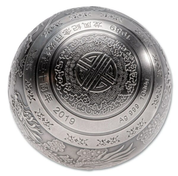 2019 1 KG 30TH ANNIVERSARY OF THE FIRST DRAGON & PHOENIX COMMEMORATIVE SPHERICAL 999 SILVER BALL2019 Kina 1 Kilo Sølv Ball «Dragon & Phoenix» Antikk M/Display etui